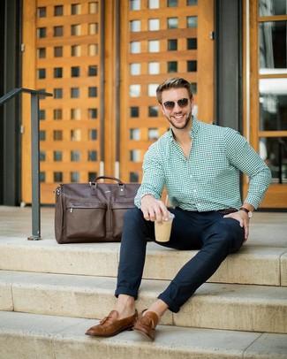 Comment porter: chemise de ville en vichy verte, pantalon chino en laine bleu marine, mocassins à pampilles en cuir marron, grand sac en cuir marron foncé