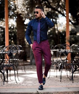 Comment porter: chemise de ville bleu marine, pantalon chino pourpre, mocassins à pampilles en cuir noirs, cravate à rayures horizontales pourpre