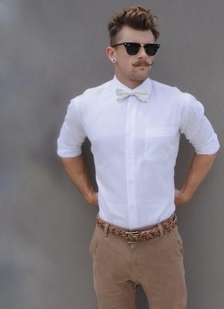 Comment porter une ceinture en cuir tressée marron clair: Pense à harmoniser une chemise de ville blanche avec une ceinture en cuir tressée marron clair pour une tenue relax mais stylée.