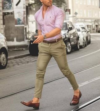 Comment porter: chemise de ville à rayures verticales rose, pantalon chino marron clair, slippers en cuir marron, ceinture en cuir marron
