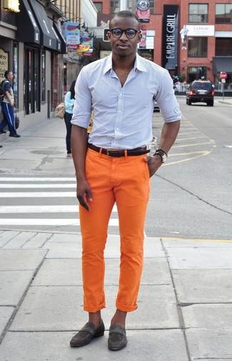 Comment porter: chemise de ville à rayures verticales bleu clair, pantalon chino orange, slippers en daim gris foncé, ceinture en cuir marron foncé