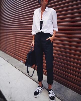 Comment porter: chemise de ville blanche, pantalon de costume noir, baskets basses noires, cartable en cuir noir