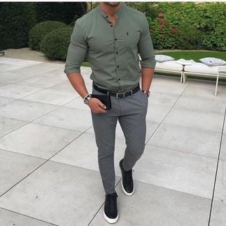 Comment porter: chemise de ville olive, pantalon de costume gris, baskets basses en cuir noires, ceinture en cuir noire