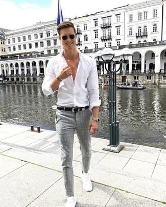 Comment porter: chemise de ville blanche, pantalon de costume à carreaux gris, baskets basses en cuir blanches, ceinture en cuir noire