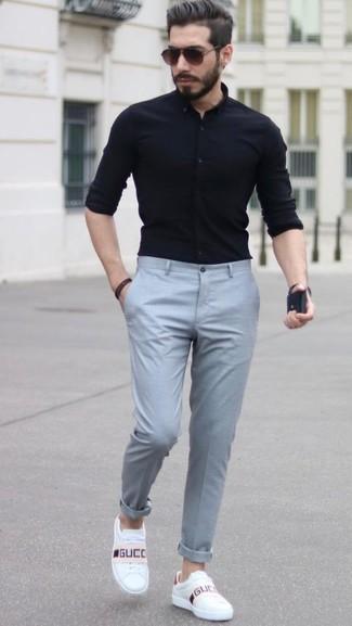 Comment porter: chemise de ville noire, pantalon de costume gris, baskets basses en cuir blanches, lunettes de soleil marron foncé