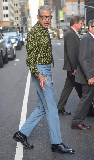 Tenue de Jeff Goldblum: Chemise de ville imprimée noire, Pantalon de costume bleu clair, Chaussures brogues en cuir noires, Cravate à fleurs noire
