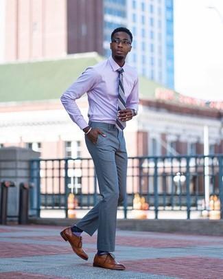 Comment porter des chaussettes à losanges violettes: Pense à opter pour une chemise de ville violet clair et des chaussettes à losanges violettes pour un look idéal le week-end. Une paire de chaussures brogues en cuir marron ajoutera de l'élégance à un look simple.