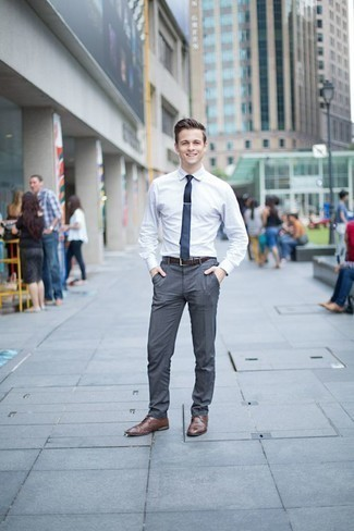 Comment porter un pantalon de costume gris: Pense à opter pour une chemise de ville blanche et un pantalon de costume gris pour un look classique et élégant. Une paire de des chaussures derby en cuir marron apporte une touche de décontraction à l'ensemble.