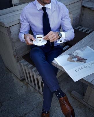 Comment porter des chaussures richelieu en cuir marron en été: Harmonise une chemise de ville à rayures verticales blanc et bleu avec un pantalon de costume bleu marine pour une silhouette classique et raffinée. Cette tenue se complète parfaitement avec une paire de des chaussures richelieu en cuir marron. Nous sommes fans de ce look qui sent bon l'été.