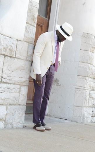 Tendances mode hommes: Choisis une chemise de ville blanche et un pantalon de costume violet pour une silhouette classique et raffinée. Termine ce look avec une paire de des chaussures richelieu en cuir blanches et noires.