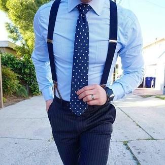 Comment porter: chemise de ville bleu clair, pantalon de costume à rayures verticales bleu marine, cravate á pois bleu marine et blanc, bretelles bleu marine
