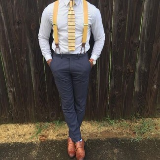 Comment porter: chemise de ville bleu clair, pantalon de costume gris foncé, double monks en cuir tabac, cravate à rayures horizontales jaune