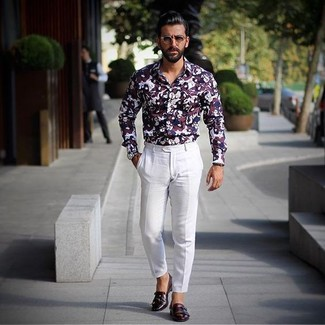 Comment porter: chemise de ville imprimée bordeaux, pantalon de costume blanc, double monks en cuir bordeaux, montre en cuir bleu marine