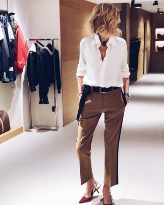 Comment porter: chemise de ville en chiffon blanche, pantalon de costume marron, escarpins en cuir rouges, ceinture en daim noire