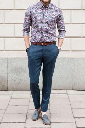 Comment porter: chemise de ville à fleurs bleue, pantalon de costume bleu, mocassins à pampilles en daim gris, ceinture en cuir tabac