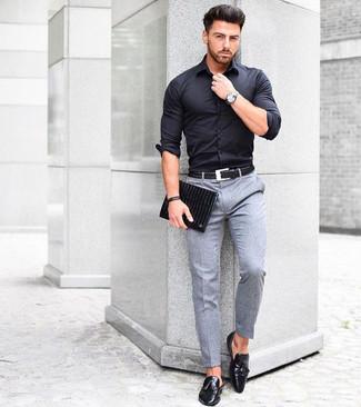 Comment porter: chemise de ville noire, pantalon de costume en laine gris, mocassins à pampilles en cuir noirs, pochette en cuir noire