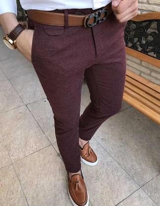 Comment porter: chemise de ville blanche, pantalon de costume en laine bordeaux, mocassins à pampilles en cuir marron, ceinture en cuir marron