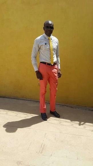 Comment porter: chemise de ville à rayures verticales grise, pantalon de costume orange, slippers en cuir noirs, cravate jaune