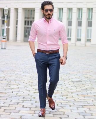 Comment porter un bracelet marron foncé: Marie une chemise de ville rose avec un bracelet marron foncé pour une tenue idéale le week-end. Assortis cette tenue avec une paire de des slippers en cuir marron pour afficher ton expertise vestimentaire.