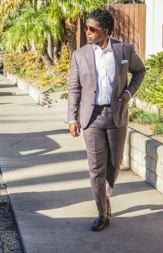 Comment porter une chemise: Quelque chose d'aussi simple que d'opter pour une chemise et un pantalon de costume en lin marron peut te démarquer de la foule. Jouez la carte classique pour les chaussures et termine ce look avec une paire de des slippers en cuir noirs.