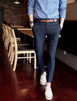 Comment porter: chemise de ville en chambray bleue, pantalon de costume à carreaux bleu marine, tennis blancs, ceinture en toile bleu marine