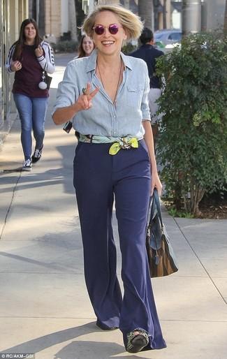 Comment porter: chemise de ville en chambray bleu clair, pantalon flare bleu marine, sac fourre-tout en cuir bleu marine, écharpe en soie imprimée jaune