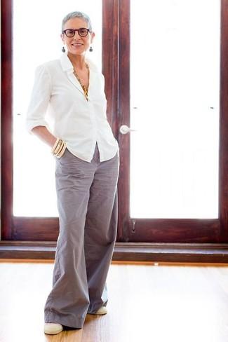 Comment porter des boucles d'oreilles vert menthe: Choisis une chemise de ville blanche et des boucles d'oreilles vert menthe pour créer un look génial et idéal le week-end. Une paire de des baskets à enfiler beiges est une option parfait pour complèter cette tenue.