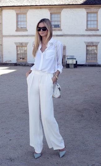 Comment porter une chemise de ville en soie blanche avec un pantalon large blanc: Associe une chemise de ville en soie blanche avec un pantalon large blanc pour dégager classe et sophistication. Cette tenue est parfait avec une paire de des escarpins en cuir bleu clair.