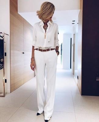 Comment porter: chemise de ville en chiffon blanche, pantalon large blanc, escarpins en cuir blancs et noirs, ceinture en cuir marron