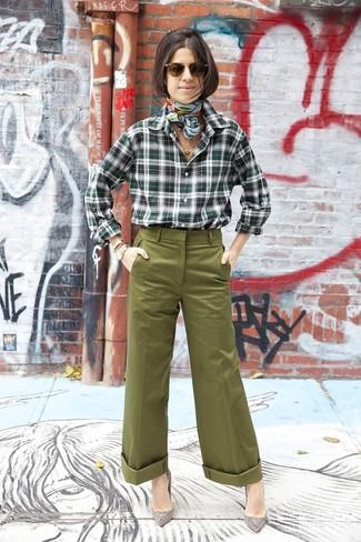 Comment porter: chemise de ville écossaise vert foncé, pantalon large olive, escarpins en daim ornés gris, écharpe en soie imprimée vert menthe