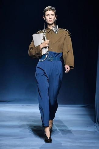 Comment porter: chemise de ville olive, pantalon large bleu, escarpins en cuir noirs, pochette en cuir blanche
