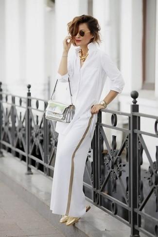 Comment porter: chemise de ville blanche, pantalon large blanc, mules en cuir dorées, sac bandoulière en cuir argenté