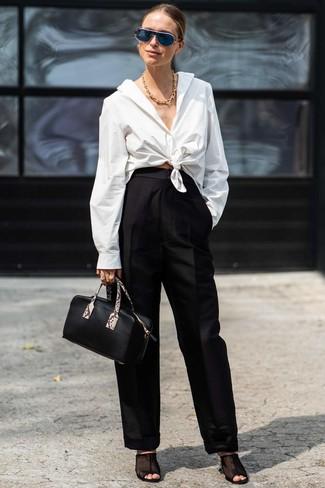 Comment porter: chemise de ville blanche, pantalon large noir, mules en tulle noires, sac à main en cuir noir