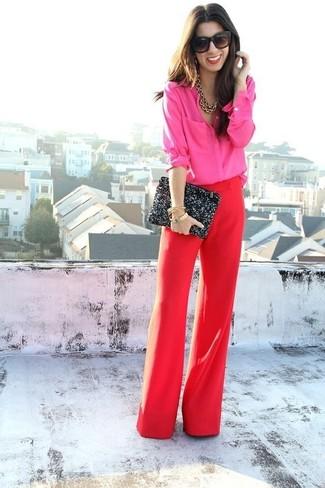 Comment porter: chemise de ville fuchsia, pantalon large rouge, pochette pailletée noire, lunettes de soleil noires