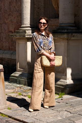 Comment porter: chemise de ville imprimée léopard marron clair, pantalon large marron clair, sandales à talons en cuir beiges, sac fourre-tout de paille beige