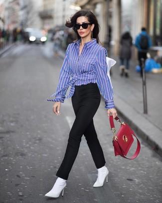 Comment porter: chemise de ville à rayures verticales bleue, pantalon slim noir, bottines élastiques blanches, cartable en cuir rouge