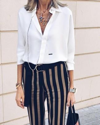 Comment porter  chemise de ville en chiffon blanche, pantalon slim à  rayures verticales noir 77f83b2eaa3b