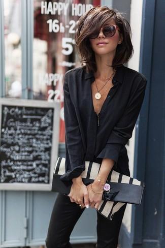 Comment porter: chemise de ville noire, pantalon slim noir, sac fourre-tout en toile à rayures verticales beige, lunettes de soleil bordeaux