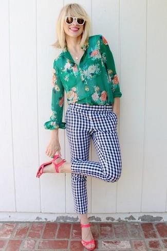 Comment porter: chemise de ville à fleurs verte, pantalon slim à carreaux blanc et bleu marine, sandales à talons en cuir fuchsia, lunettes de soleil blanches