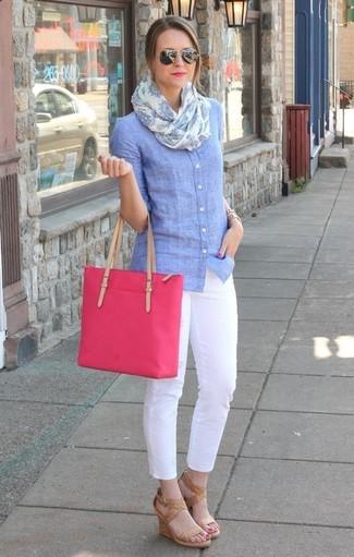 Comment porter: chemise de ville en chambray bleu clair, pantalon slim blanc, sandales compensées en cuir marron clair, sac fourre-tout en toile fuchsia