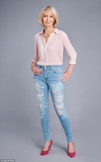 Comment porter: chemise de ville en soie rose, jean skinny déchiré bleu clair, escarpins en daim fuchsia, collier doré