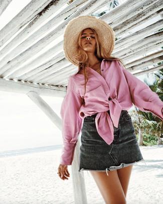 Comment porter: chemise de ville rose, minijupe en denim noire, chapeau de paille marron clair
