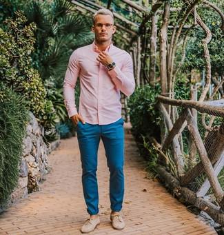 Comment porter: chemise de ville rose, pantalon chino bleu, chaussures derby en cuir beiges, montre bleue