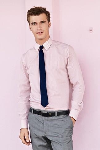 Comment porter: chemise de ville à rayures verticales rose, pantalon de costume gris, cravate bleu marine, ceinture en cuir noire