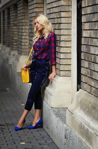 Comment porter: chemise de ville écossaise rouge et bleu marine, pantalon carotte bleu marine, escarpins en daim bleus, sac bandoulière en cuir jaune