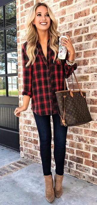 Comment porter un sac fourre-tout en cuir imprimé marron foncé: Marie une chemise de ville écossaise rouge et noir avec un sac fourre-tout en cuir imprimé marron foncé pour une tenue idéale le week-end. Cet ensemble est parfait avec une paire de des bottines en daim marron.