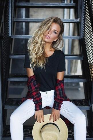 Comment porter: chemise de ville écossaise rouge et noir, t-shirt à col rond noir, jean skinny blanc, chapeau de paille beige