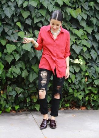 Harmonise une chemise de ville rouge avec un collier argenté pour un look pointu et élégant. Une paire de des chaussures richelieu en cuir bordeaux s'intégrera de manière fluide à une grande variété de tenues.