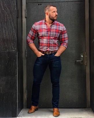 Comment porter: chemise de ville écossaise rouge, jean skinny bleu marine, double monks en cuir marron clair, ceinture en cuir marron