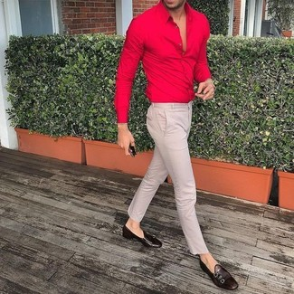 Comment porter: chemise de ville rouge, pantalon chino beige, double monks en cuir marron foncé